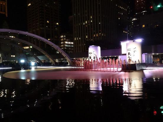 Nuit Blanche 2014: Kunstprojekt mit Ölteppich vor dem Rathaus von Toronto.