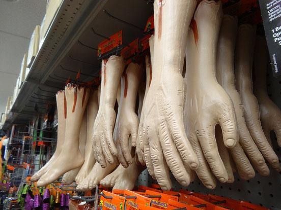 Das hat Hand und Fuss: Utensilien aller Art für die Halloween Party in Toronto.