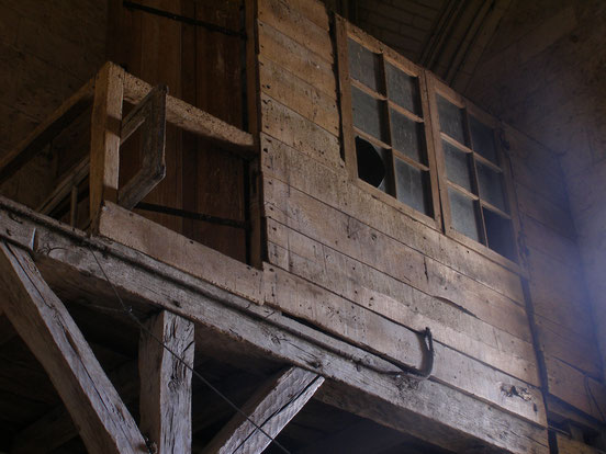 Dans la pièce sous les cloches. Cabine qui contenait autrefois le mécanisme de l'horloge installée en haut de la tour.