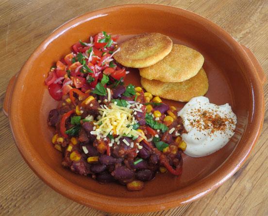 Chili con carne met arepas, tomatensalsa en kruidenyoghurt.