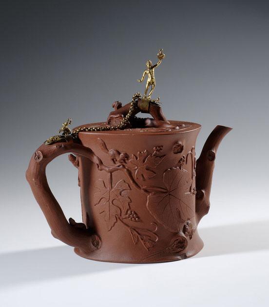 Teekanne mit Dekor von Bilchen zwischen Weinranken Steinzeug mit europäischer Goldbronzemontierung China, Yixing, Provinz Jiangsu; Qing-Zeit, 18. Jh.