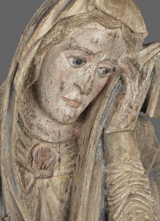 Fassungsreste im Haar, Gesicht und Gewand Marias