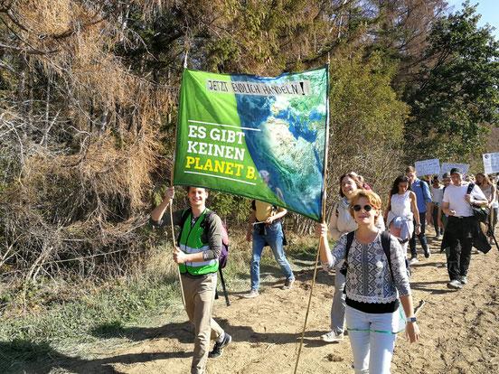 Der Weg zum Hambacher Forst - kilometerlange Fußmärsche sind teilweise nötig. Nicht alle , die sich auf den Weg gemacht haben, schaffen es überhaupt bis da hin.