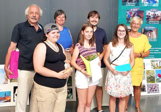 Die Preisträger des Wettbewerbs: Gerd Teßmar, Bernadette Muckelbauer, Michael Gruben (hinten), Jasmin Rasslier, Sara Kirchner und Hannah Schmitt (vorn), sowie Christl Gnad