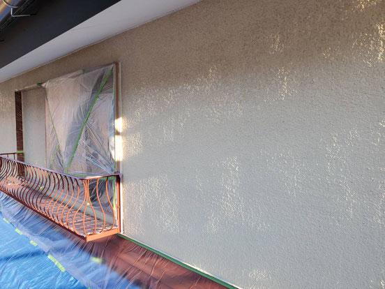 海津町、南濃町、平田町、養老町、輪之内町、羽島市、祖父江町、八開村、立田村、長島町、多度町、北勢町で外壁塗装工事中の外壁塗装工事専門店。南濃町松山で外壁塗装工事/外壁の下塗り作業中