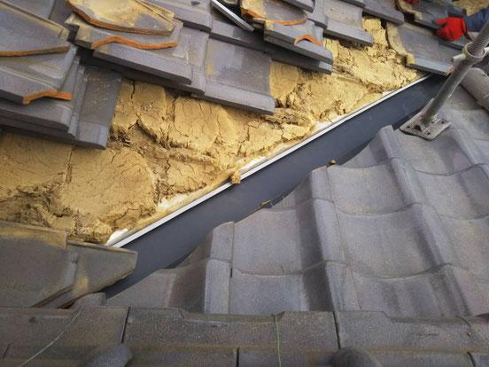 安八町、大垣市、輪之内町、羽島市、柳津町、穂積町、巣南町で屋根改修工事中の屋根工事専門店。安八町西結で屋根改修工事/玄関屋根上谷上張り工事