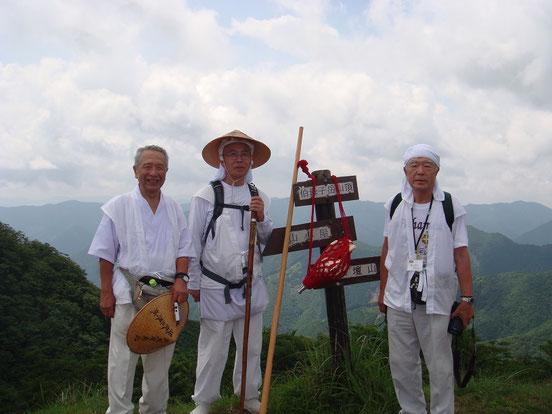 伯母子岳山頂(1344m)のひと時
