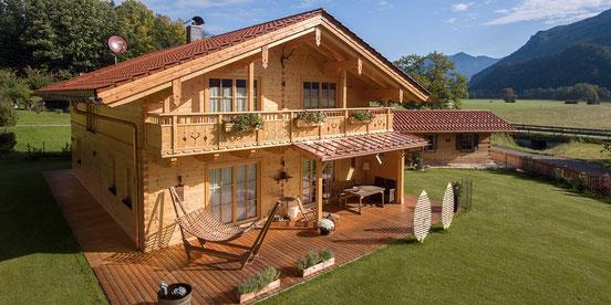 Holzhaus rustikal Blockbau holz Zimmerei Holzbau Herbst Schleching Einfamilienhaus