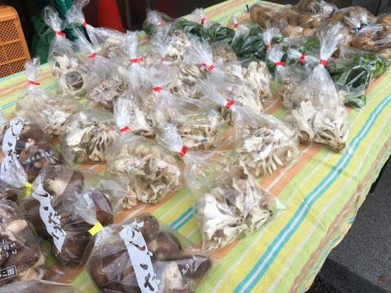 JA向丘支店前で毎月第2・第4木曜日に開催される「向丘育ち直売会」の様子。キノコの季節には程塚さんの原木椎茸も販売される。