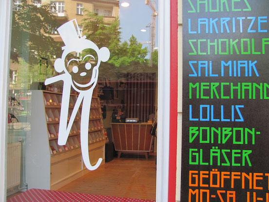 Herr Nilsson Godis in Berlin, Fensterscheibe mit Logo und Anschlagtafel