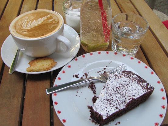 Kladdkaka, Michkaffee, frische Limo aus dem Café Stockholm in Berlin