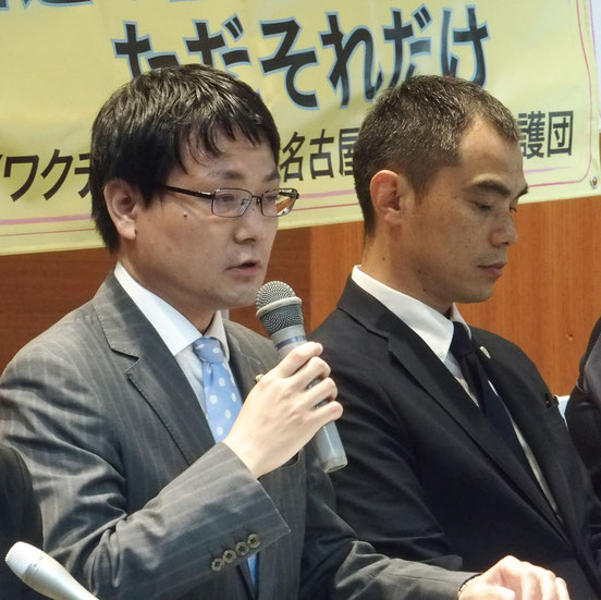 記者会見で準備書面を解説する川瀬裕久弁護士(左)