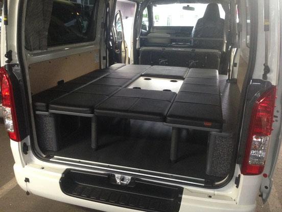 ハイエースのDXにベッドキットを装着。両面跳ね上げベッドは、キャンピング、車中泊、トランポのニーズに対応できます。