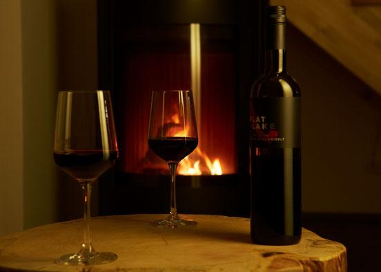 Zur Entspannung ein Glas Eein am gemütlichen Kaminfeuer