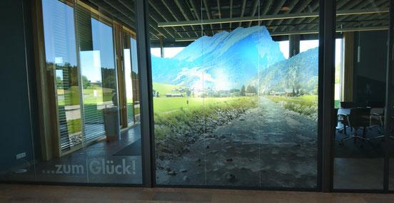 Glasdekorfolie bedruckt mit Bergmotiv. Fetzer-Beschriftungen Aldingen Aixheim