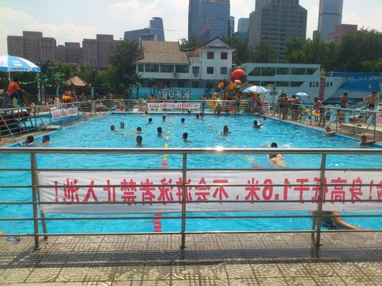多分25mと思われるプール。 でもまともに泳いでいる人はなく、ほとんどレジャープール状態です。