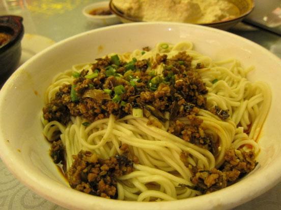 中国では珍しいどんぶりサイズの「担々麺」。