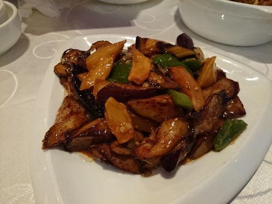 個人的に大好きな「地三鮮(DiSanXian)」は名前のごとく、ナスとじゃがいもとピーマンを若干揚げてから炒めた料理です。