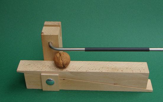 Der neue Nussknacker ermöglicht ein hohes Arbeitstempo. Im Bild die Handwerker-Version aus Buchenholz.