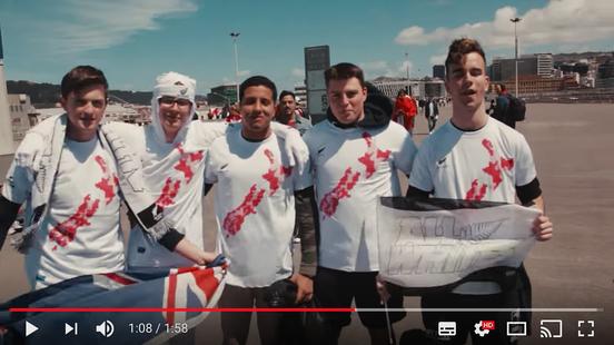 配布されたユニフォームを着るニュージーランド代表のファンたち