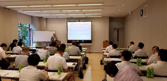 写真1 第2回サマーセミナー開会式の光景 矢野理事長のご挨拶