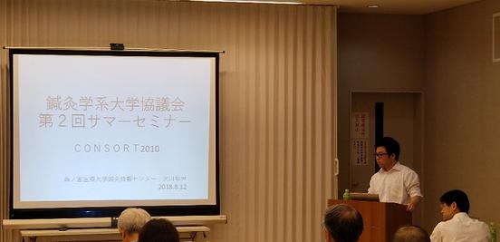 写真8 教材の論文を開設する大川先生