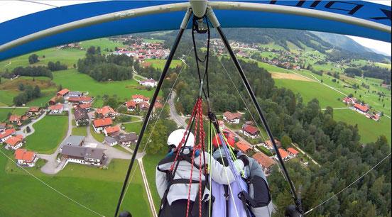 Fliegen macht glücklich - Drachen-Tandempilot Hans Kiefinger mit Passagierin über Ruhpolding