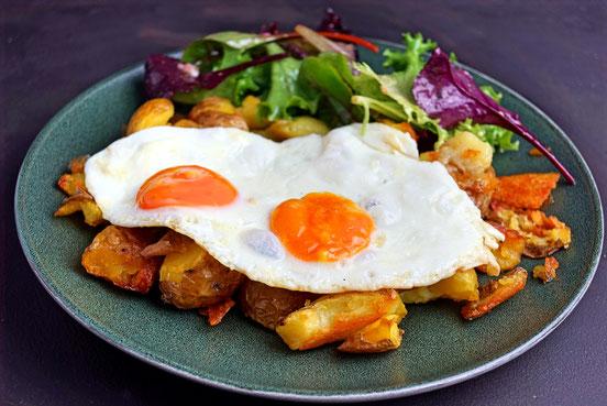 Bratkartoffeln, wie sie sein sollen. Dazu Ei von Weidehühnern und ein Salätchen.