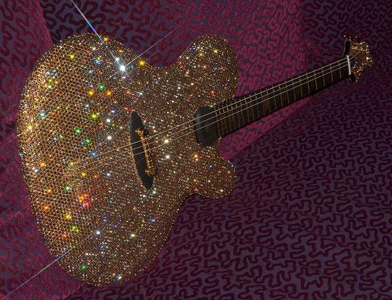 11.000 Swarovksi-Kristalle und Intarsien aus Gold - Lady Gagas neue Style-Gitarre entstammt der Sandokan-Edition. Fotos: Ritter Instruments Deidesheim
