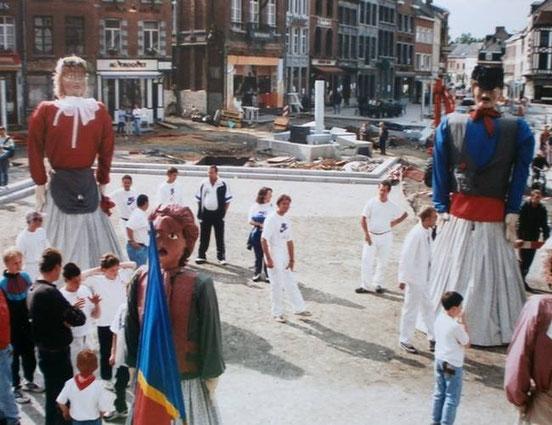 """1996 - Les géants et la société, à l'époque, de """"Rigolos"""", sont reçus à l'Hotel de Ville d'Ath pour les 50 ans de la société des Rigolos. Cette année-la, la Place d'Ath est en travaux !"""