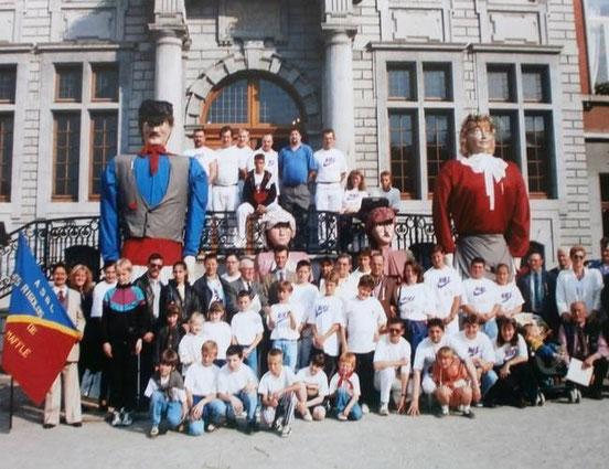 """1996 - Les géants et la société, à cette époque, des """"Rigolos"""", sont reçus à l'Hotel de Ville d'Ath pour les 50 ans de la société des Rigolos. Cette année-la, la Place d'Ath est en travaux !"""