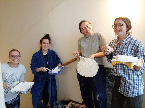 Auch Streichen gehörte zu den Aufgaben (v.l.: Sonja, Johanna, Klara, Clarita)