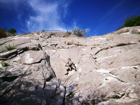 Leonard in der Kletterwand