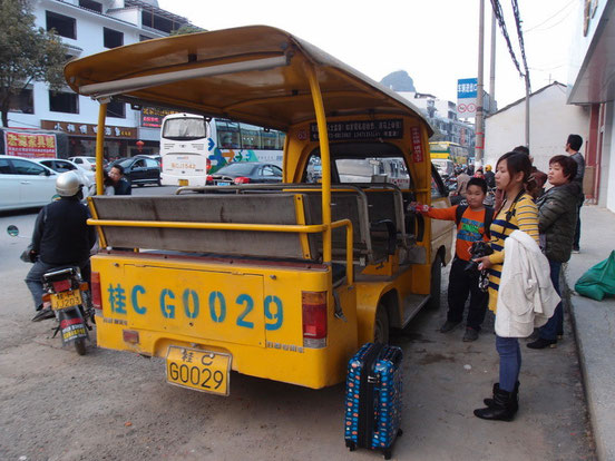 コレがこの街のバス。12名でいっぱいなので並んでても早い者勝ち!?