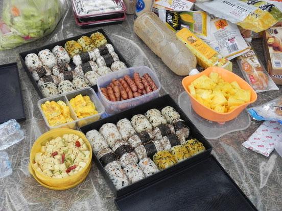 今年は事前に日本からふりかけ系を準備して6種類のおにぎりを。紀州の特大梅干しおにぎりとのりたまは大人気!
