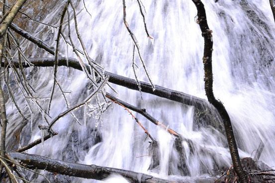 滝の飛沫が凍っています