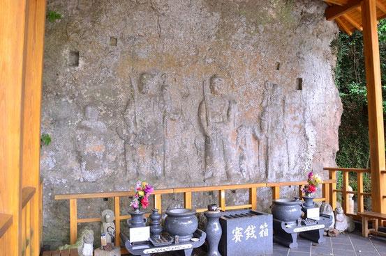 元宮の磨崖仏。小型ですね。保存の為建物で覆われているのが残念。