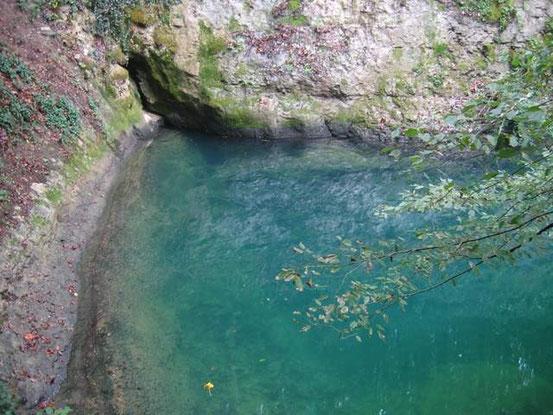 la source bleue dans la vallée du Cusançin à quelques KM