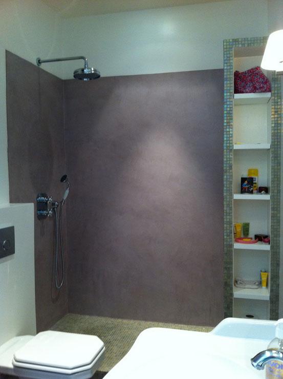 Douche à l'italienne confortable avec colonne rangements