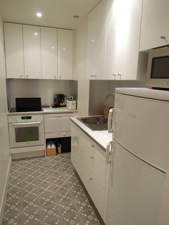 cuisine contemporaine totalement équipée ans un petit espace