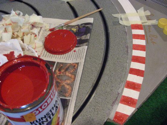 Zum Schluss noch ein Anstrich mit rotem Kunstharzlack...