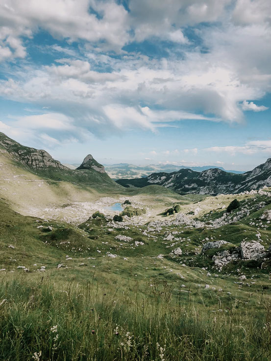 """Blick auf einen der vielen Seen in der Region - der Bergsee """"Valovito jezero"""""""