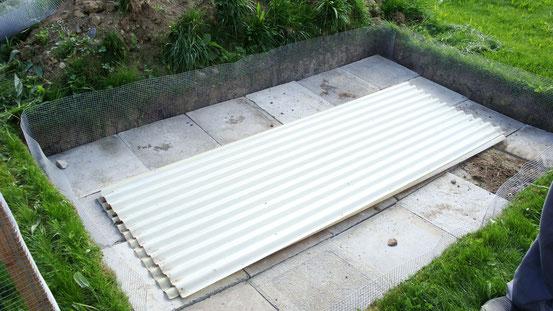 Der Boden mit Gitter auf der Seite. Die Plexiglasplatten bitte wegdenken =)