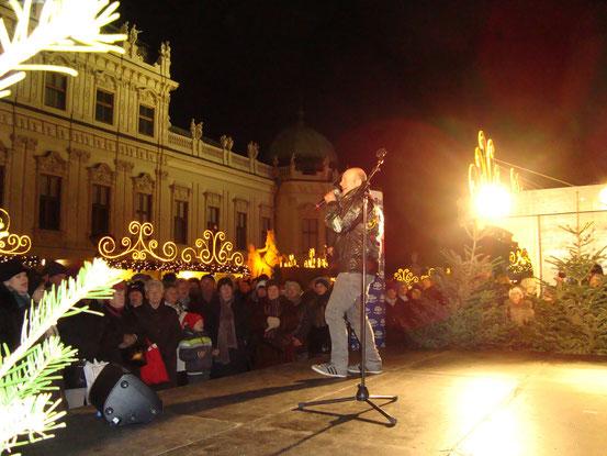 Andy Lee Lang auf der Radio-Arabella-Bühne im Weihnachtsdorf Schloss Belvedere