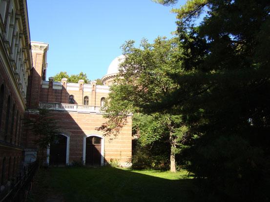 Seitentrakt der Universitätssternwarte mit einer der Teleskopkuppeln. Das Institutsgebäude - die moderne Universitätssternwarte - wurde 1883 eröffnet. Es beherbergt auch heute noch Österreichs größte astronomische Forschungs- und Lehreinrichtung.