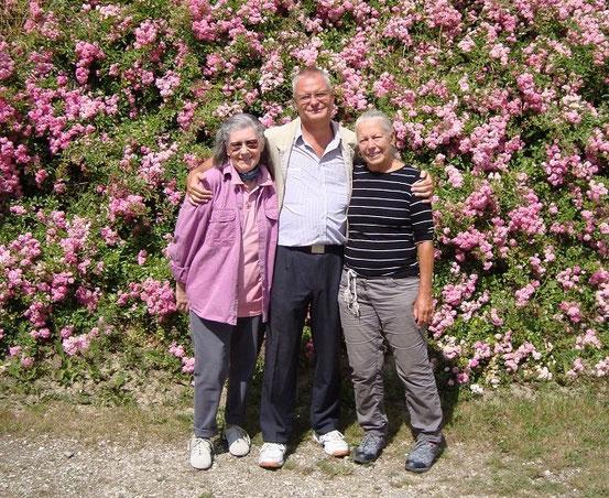 Christine, Franzi, Gitta (von links) beim Aufgang zur Buschenschank Worseg in der Wildgrube Wien-Döbling (24.06.2015)