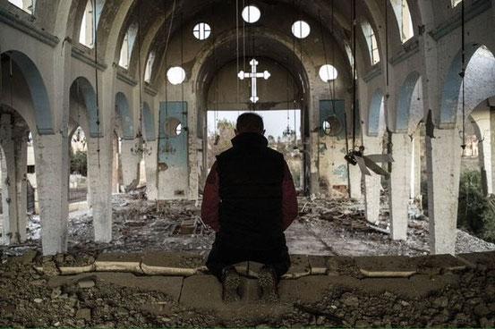 Hassake ist endlich frei. Nach wochenlangen Kämpfen vertrieben die kurdischen Volksverteidigungseinheiten (YPG) am Sonntagabend syrische Regimetruppen und den IS aus der Stadt Hassake vollständig. Beter in einer zerstörten Kirche.