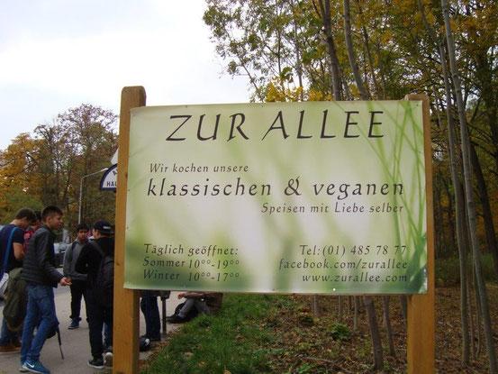 Werbetafel der Jausenstation 'Zur Allee' an der Neuwaldeggerstrasse am Eingang zum Schwarzenbergpark, 1170 Wien