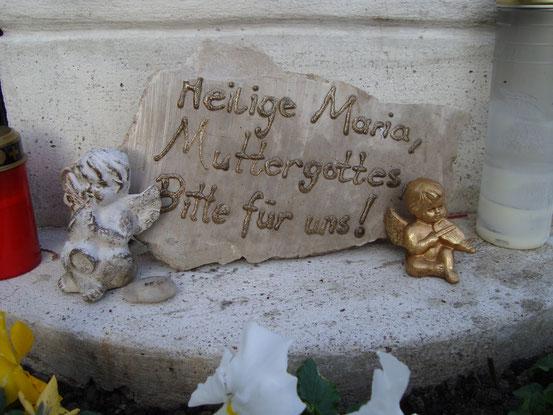 Inschrifttafel unter der Marienstatue im Gebetsgarten bei Stammersdorf (12.11.2015)
