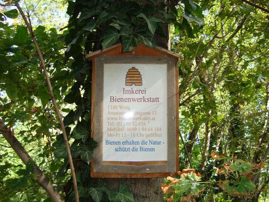 Ein Bienenzüchter hat seine Stöcke im Sternwartepark